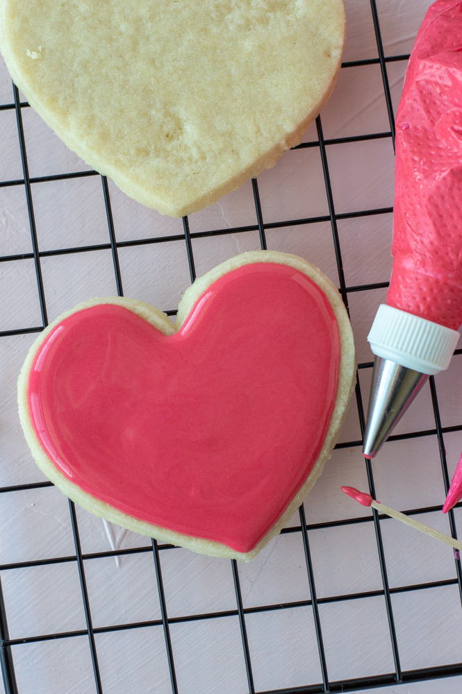 outline and flood heart sugar cookie
